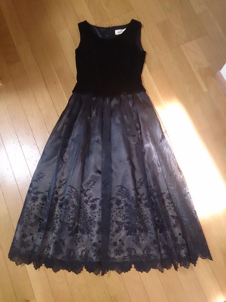 お嬢さん風の黒の清楚なドレス