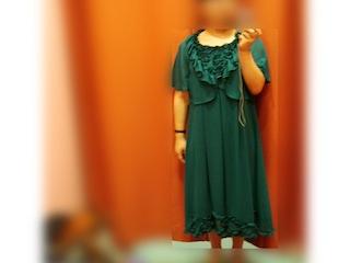 明るいグリーンで縦にすとんと落ちるシルエットのスカート
