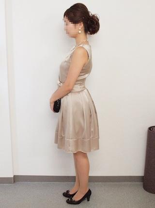 ベージュ光沢ドレス横向き