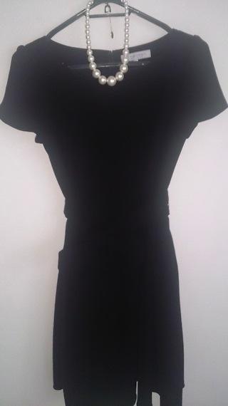 黒のドレスにパールネックレスをコーディネート