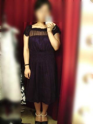 大人びたデザインのシックな紫色のドレス