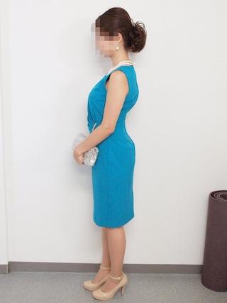 ターコイズブルーのドレス横向き