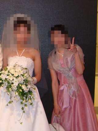 ウェディングドレスの花嫁とピンクドレスの自分