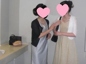 黄色ベージュのドレスと黒のバッグ