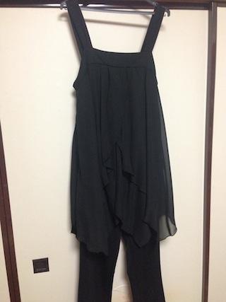 黒のパンツスタイルスーツドレス