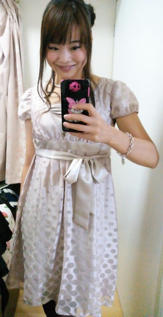 光沢があってピンクと紫色の淡い色のドレス