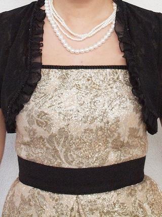 花柄ゴールドドレスとパールネックレスのコーディネート