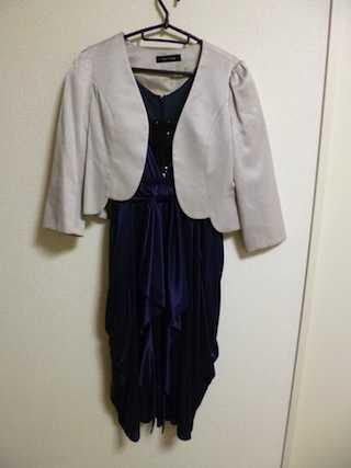 ブルーのコクーンドレスにグレーのジャケットをコーディネート