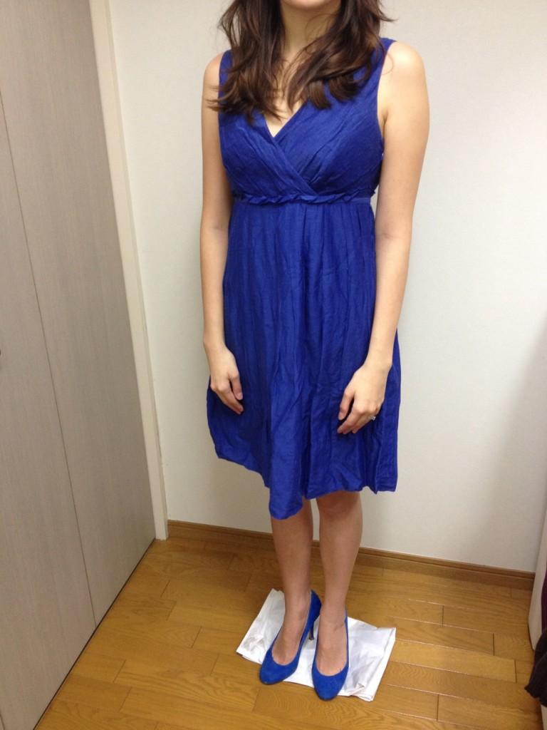明るいブルーで、深いVネックのノースリーブドレス