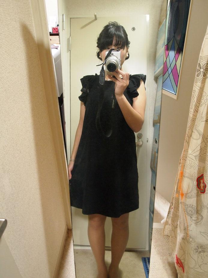 着衣した黒のシンプルドレス