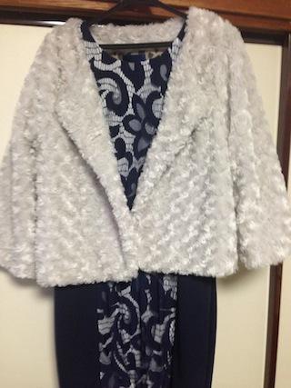 外では白のファージャケットを羽織る