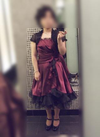ふわふわスカートのワインレッド色のドレス