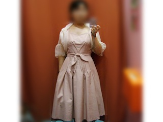 ふんわりと広がるサーモンピンクのドレス
