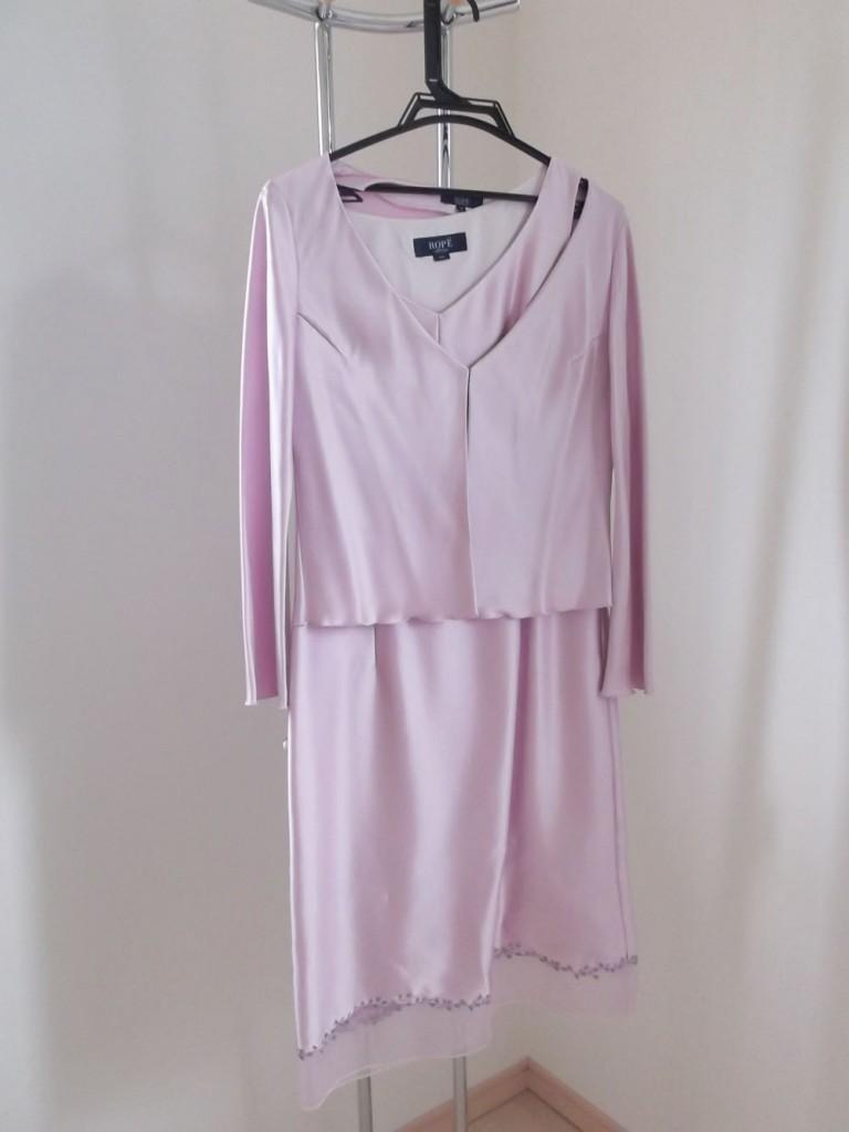 光沢があるピンクのドレス