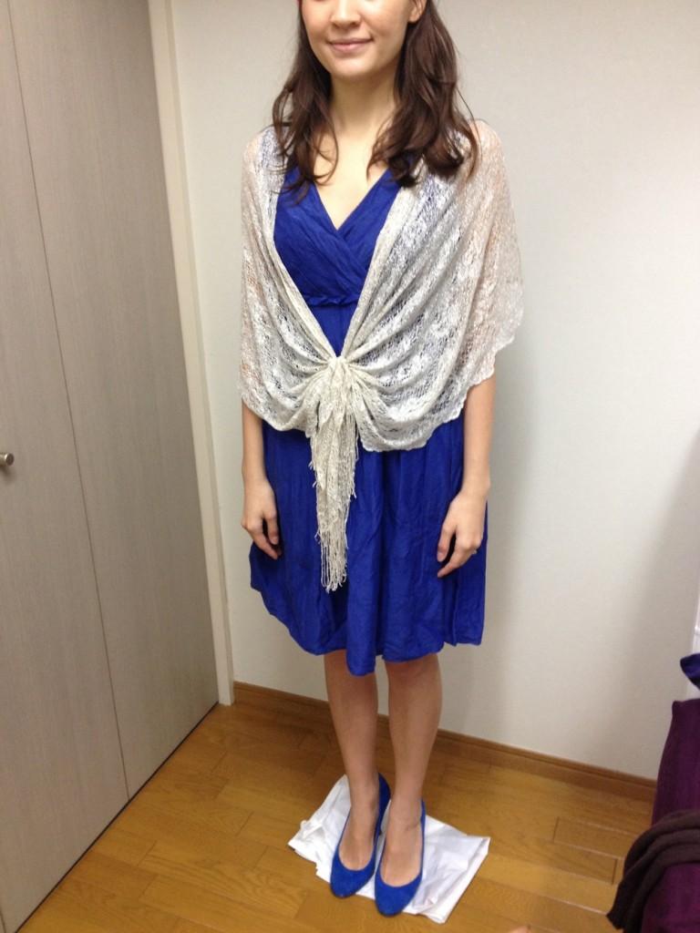 明るいブルーのドレスにショール