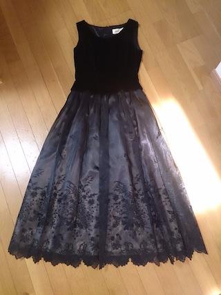 良家のお嬢さん的なシンプルな黒のドレス