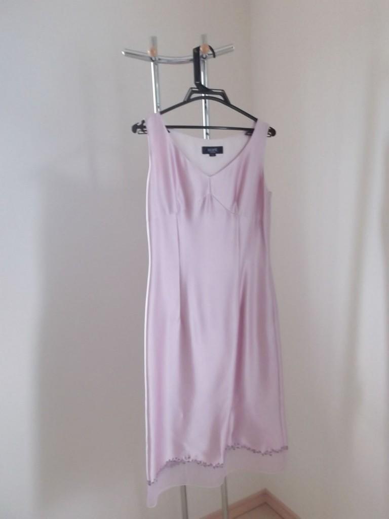 ピンクのワンピースドレス