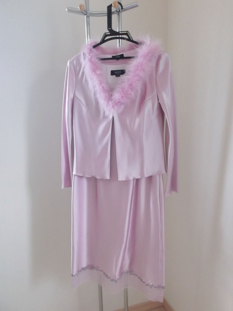 全身ピンクのファー付きドレス