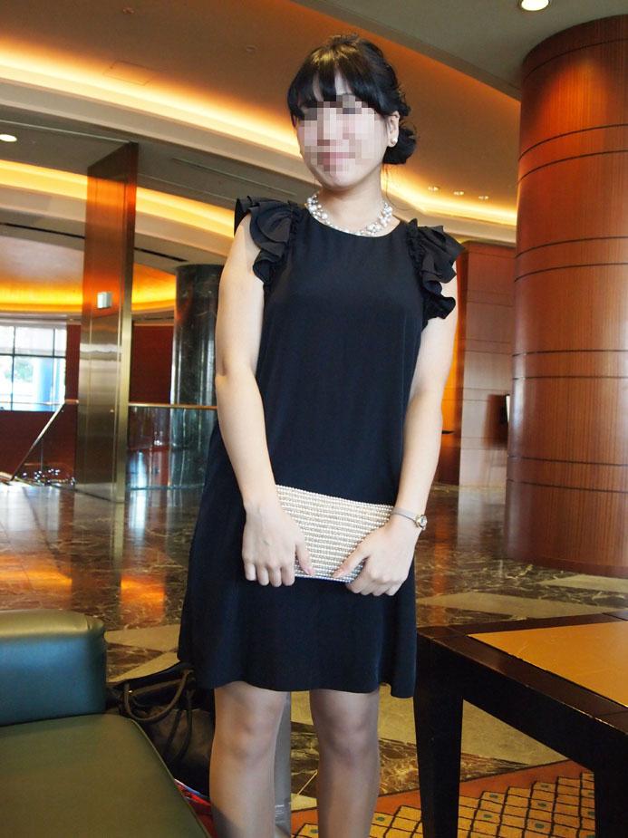 シンプルなブラックドレスにパールコーデ