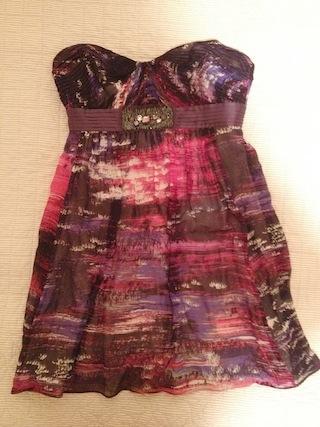 紫色のベアトップのワンピースドレス
