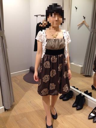 ベージュブラウンのワンピースドレスに白いボレロ