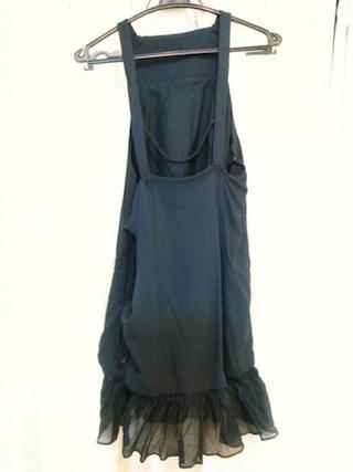 背中は大きく開いているドレス