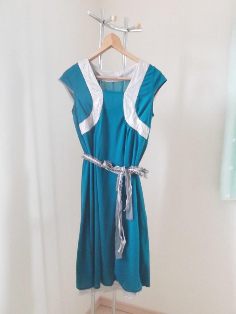 モスグリーンのフリーサイズマタニティドレスの腰にリボンベルト