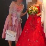 真っ赤なドレスの花嫁とピンクドレスの自分