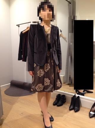 ベージュブラウンのワンピースドレスに黒いジャケットを合わせて少しフォーマルにコーディネート