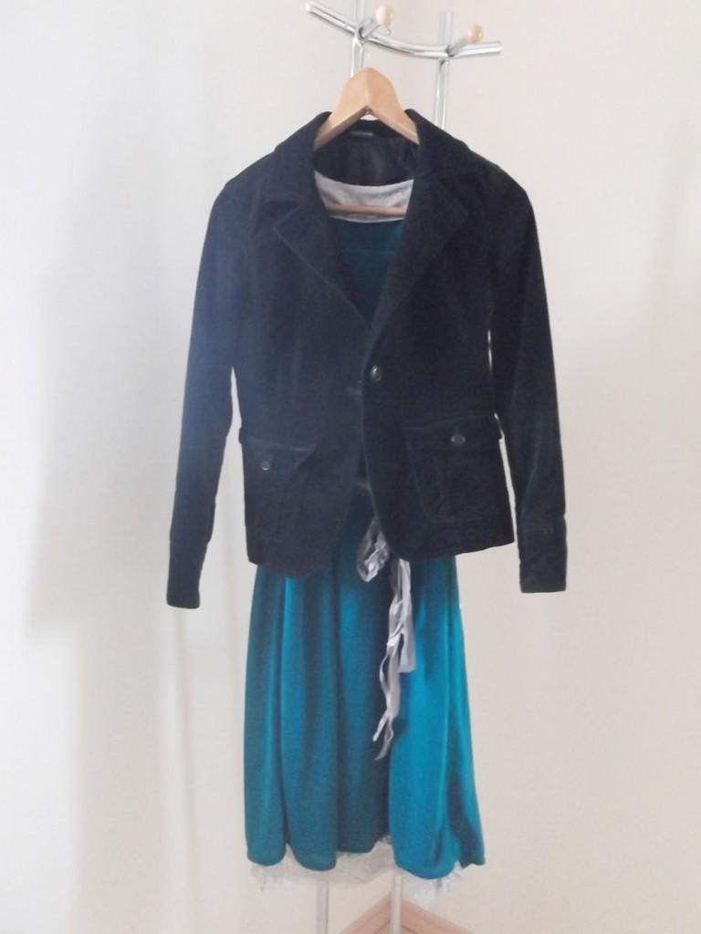 モスグリーンのマタニティドレスに黒ジャケット