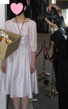 桜色で光沢があるドレス