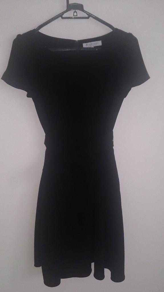 黒の落ち着いたドレス