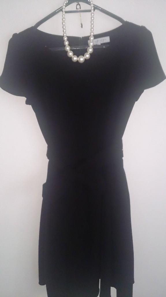 黒のシックなドレスとパールネックレス