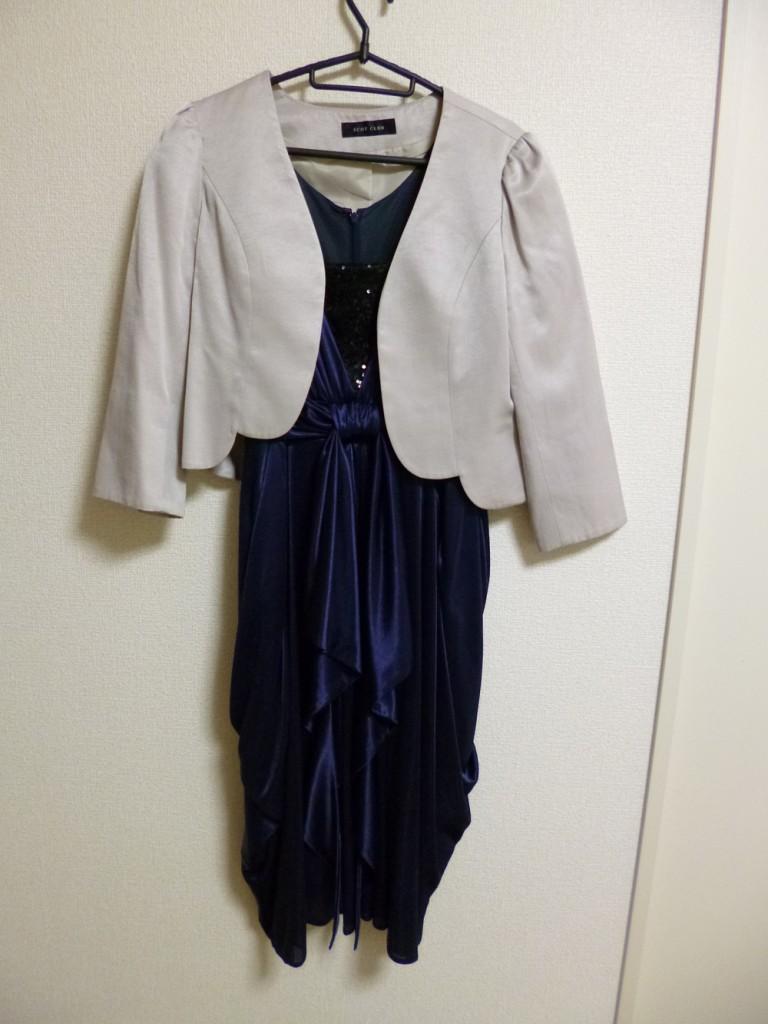 グレージャケットとブルーのコクーンドレス