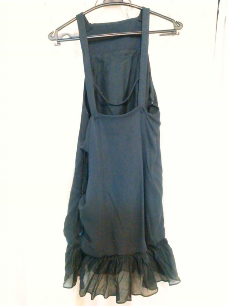 背中が大きく開いている黒ドレス