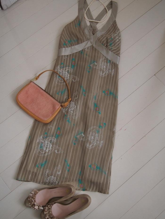 クジャク羽根柄のグレーベージュ色のドレス