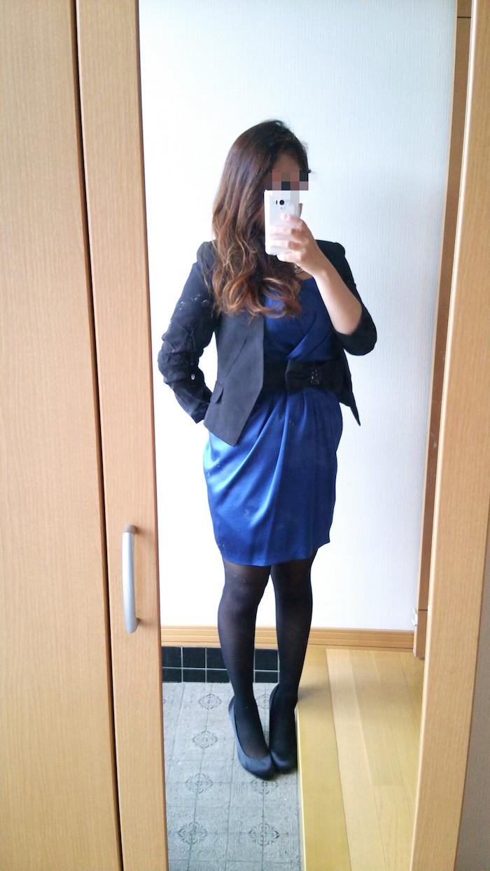 ロイヤルブルーのドレスに黒のジャケット