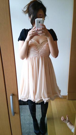 フロント胸元一面のビジューやホワイトパールが豪華なドレス