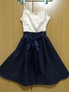 クリーム色とネイビーのバイカラードレス