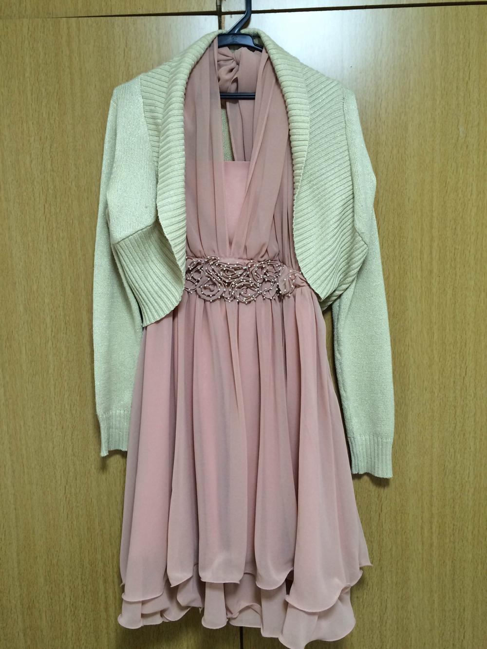 アプリコット色のドレスにニットを羽織る