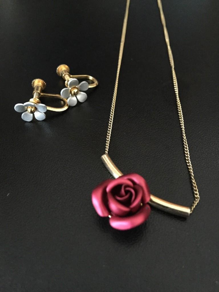花のネックレスとピアス
