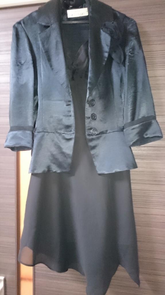 黒ドレスに黒ジャケット