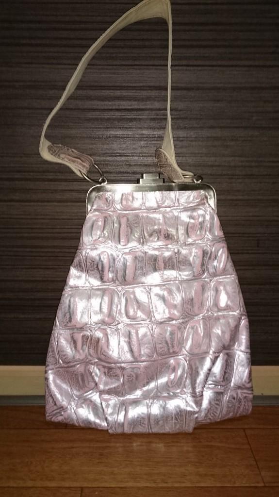 個性的なデザインのピンクバッグ