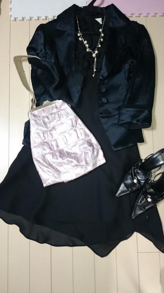 ブラックドレスにブラックジャケットのコーディネート写真